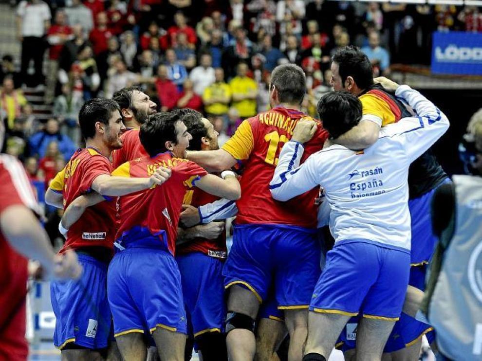 Los jugadores españoles danzan en el suelo de un mudo Malmoe Arena.