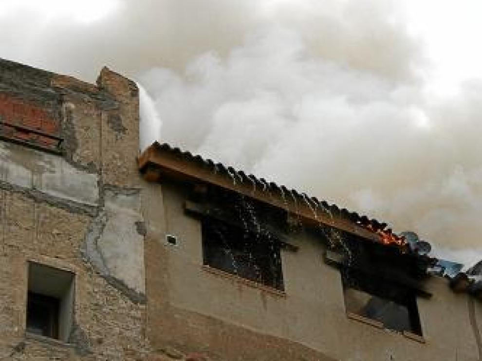 El fuego se inició en el ático de la vivienda.