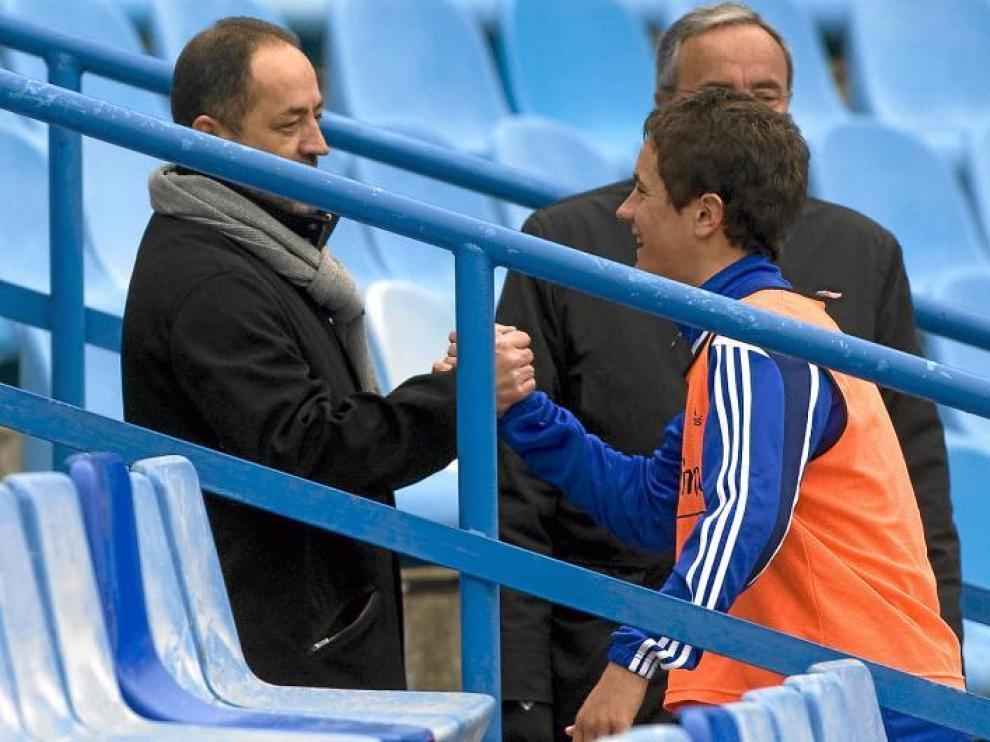 Agapito Iglesias se saluda con Ander Herrera en la rampa de vestuarios de La Romareda.