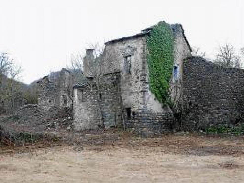 Fachadas traseras de Casa Antonia, Casa Pedro, Casa Viturián y Casa Dolores, en Jánovas. La CHE acaba de limpiar el pueblo y desbrozarlo para eliminar la maleza.