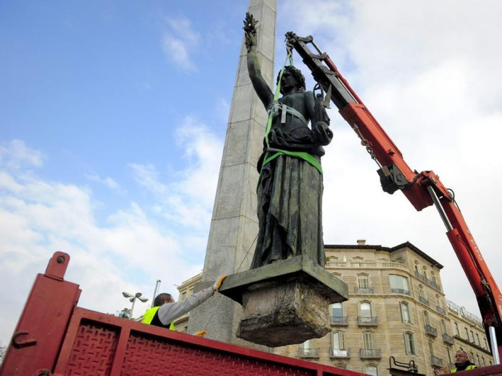 Retirada de la estatua franquista de la Victoria en Barcelona