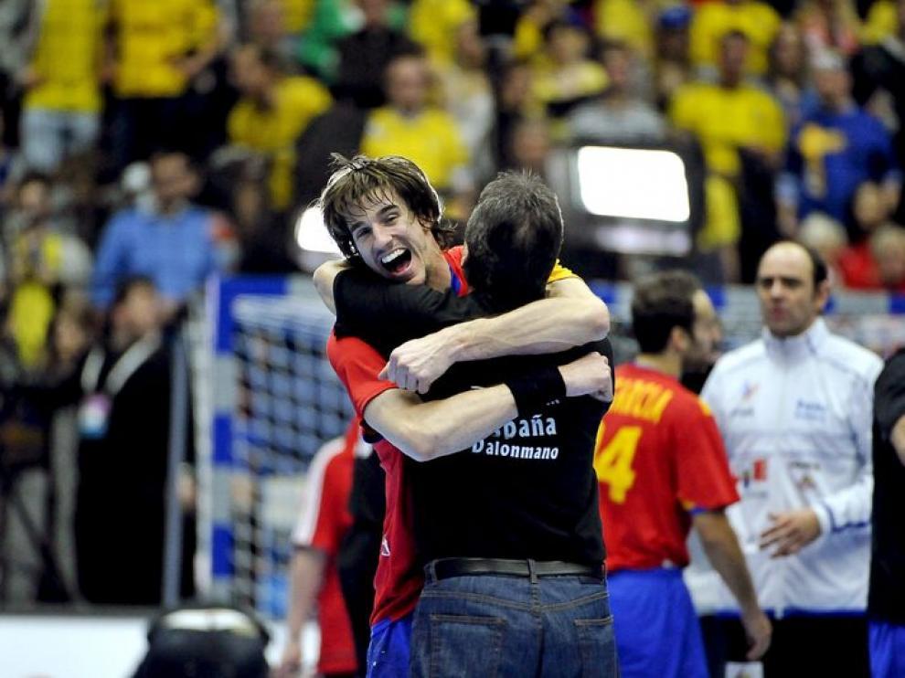 El jugador español Viran Morros (i) abraza al seleccionador de balonmano de España, Valero Rivera.