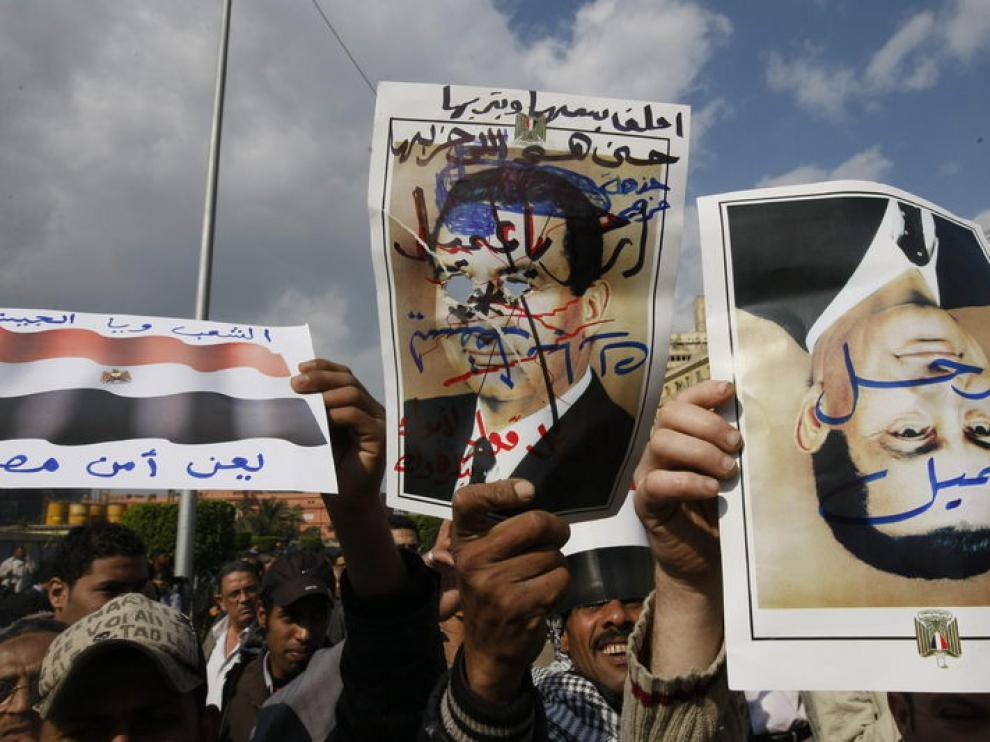 Manifestantes portan retratos de Mubarak modificados