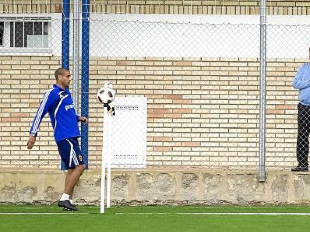 Agapito Iglesias, en un entrenamiento en la Ciudad Deportiva, observa a Diogo, Paredes y Sinama-Pongolle.