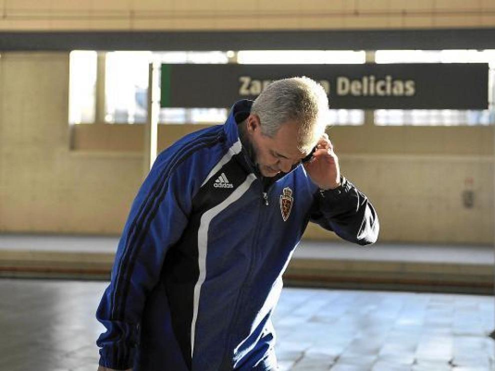Javier Aguirre conversa por teléfono en la estación Delicias de Zaragoza.