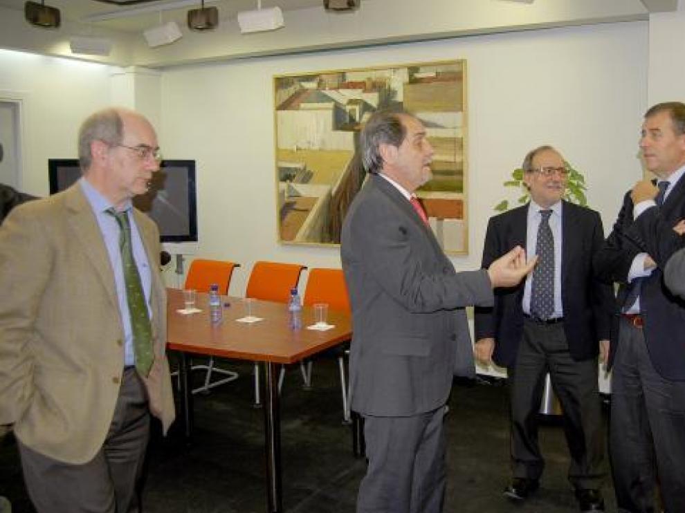 El consejero, con responsables de la UNED en la visita de ayer.