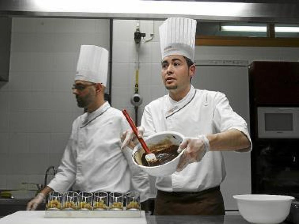 Raúl Bernal muestra un fondo de chocolate durante el taller.
