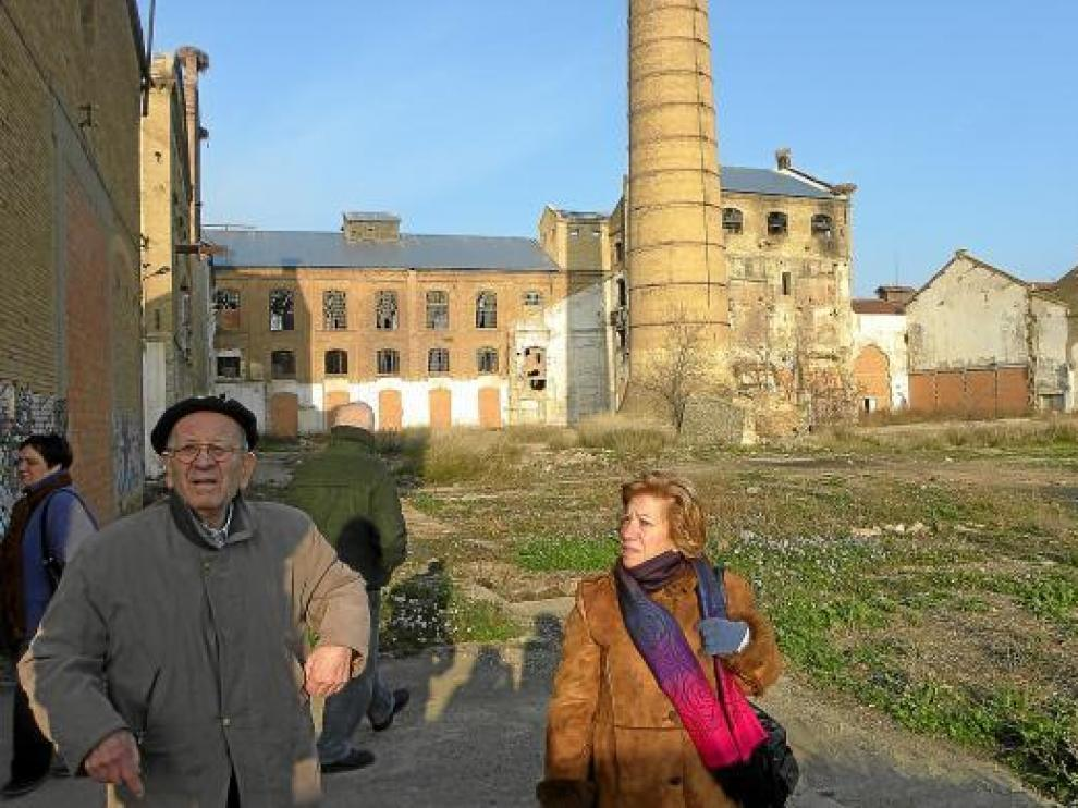 Mariano Barbó y Maribel Cornago, durante la visita de ayer a la azucarera de Alagón.