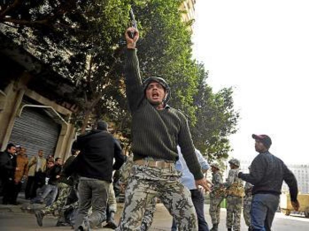 Un soldado dispara al aire para dispersar las protestas.