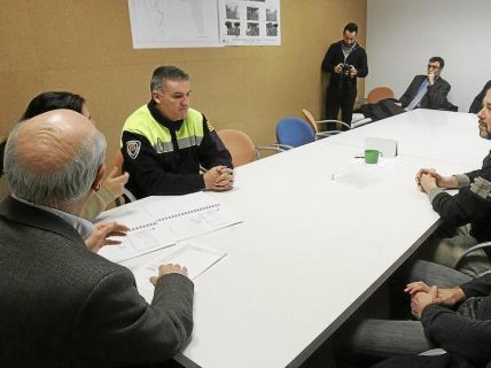 Vecinos y comerciantes durante la reunión de ayer con responsables municipales.