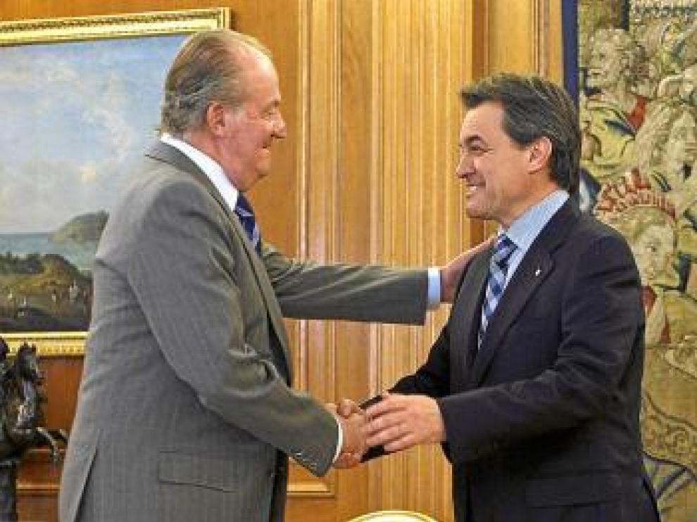 El Rey saluda a Mas, al que recibió ayer en la Zarzuela.