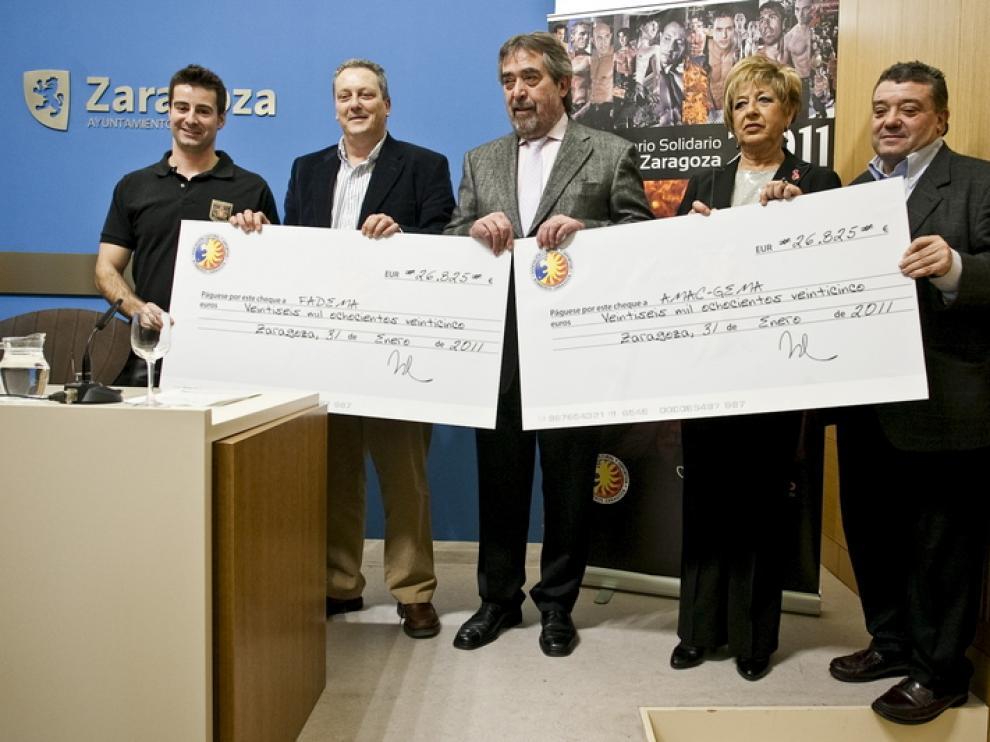 Entrega del cheque del dinero recaudado por los bomberos al alcalde de Zaragoza