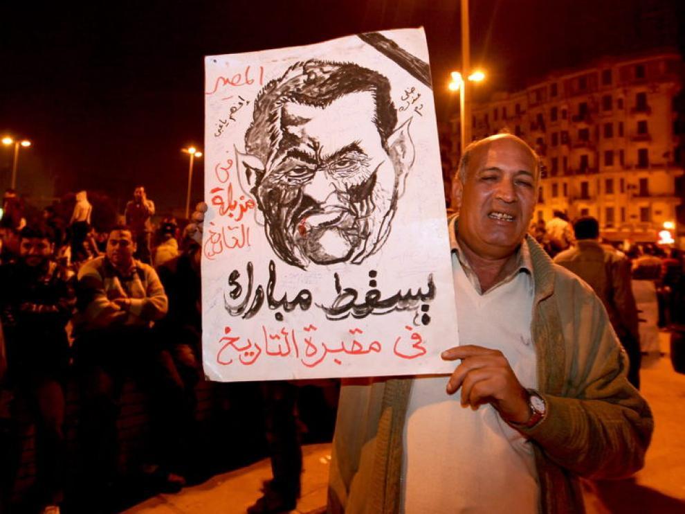 Un hombre muestra un retrato del presidente egicpio, Hosni Mubarak, durante una protesta en El Cairo