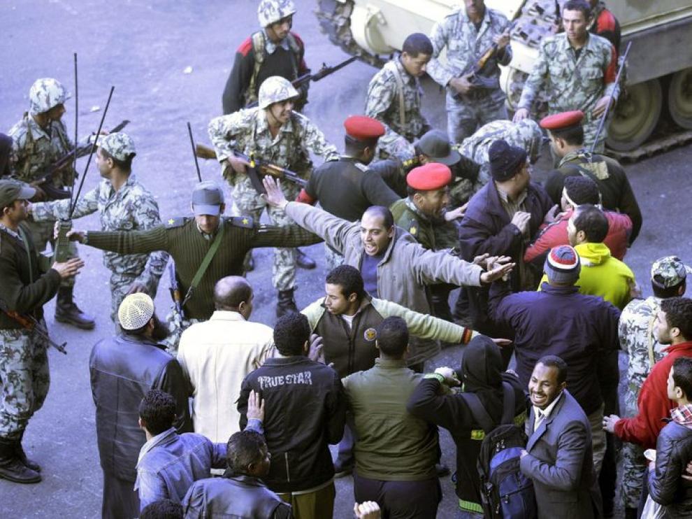 grupo de soldados discutiendo con unos manifestantes en la plaza Al Tahir en el centro de El Cairo