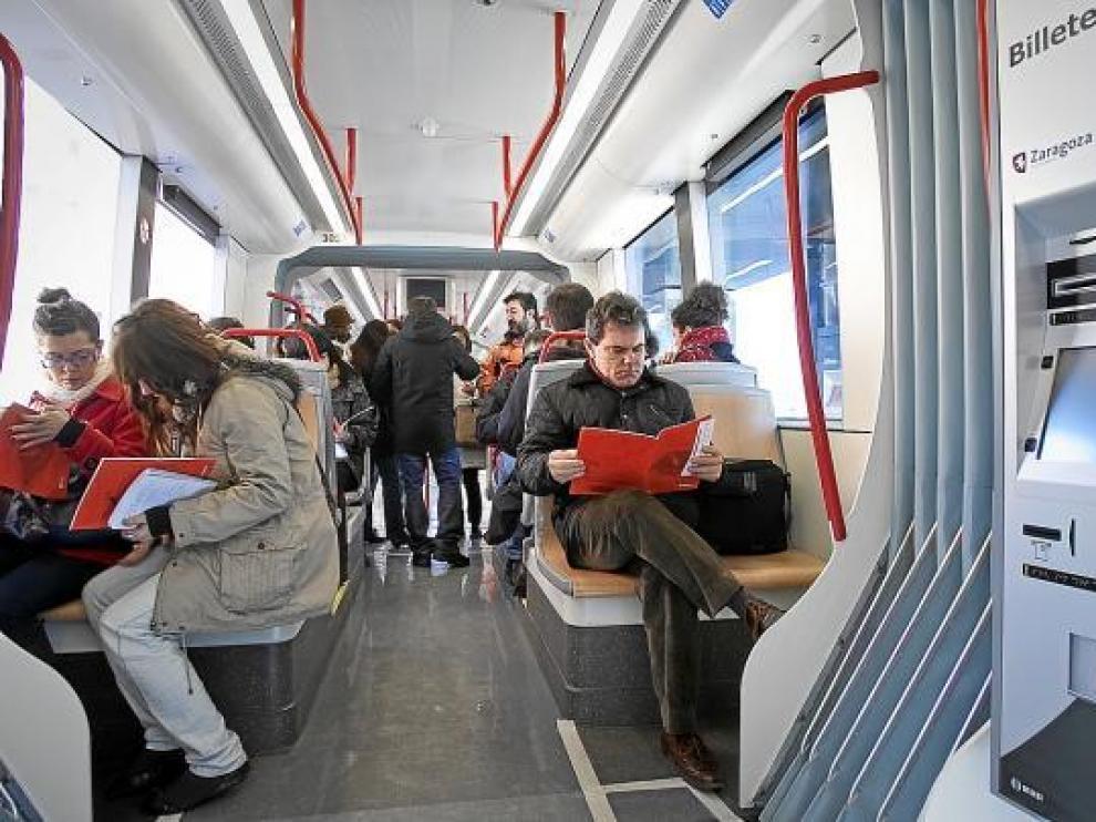 Imagen del interior de un Urbos 3, ayer, durante su trayecto por el barrio de Valdespartera.