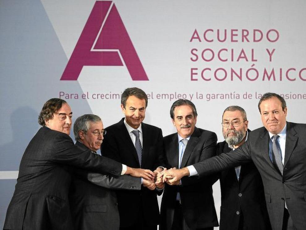 El presidente del Gobierno, el ministro de Trabajo, sindicatos y empresarios firman el acuerdo