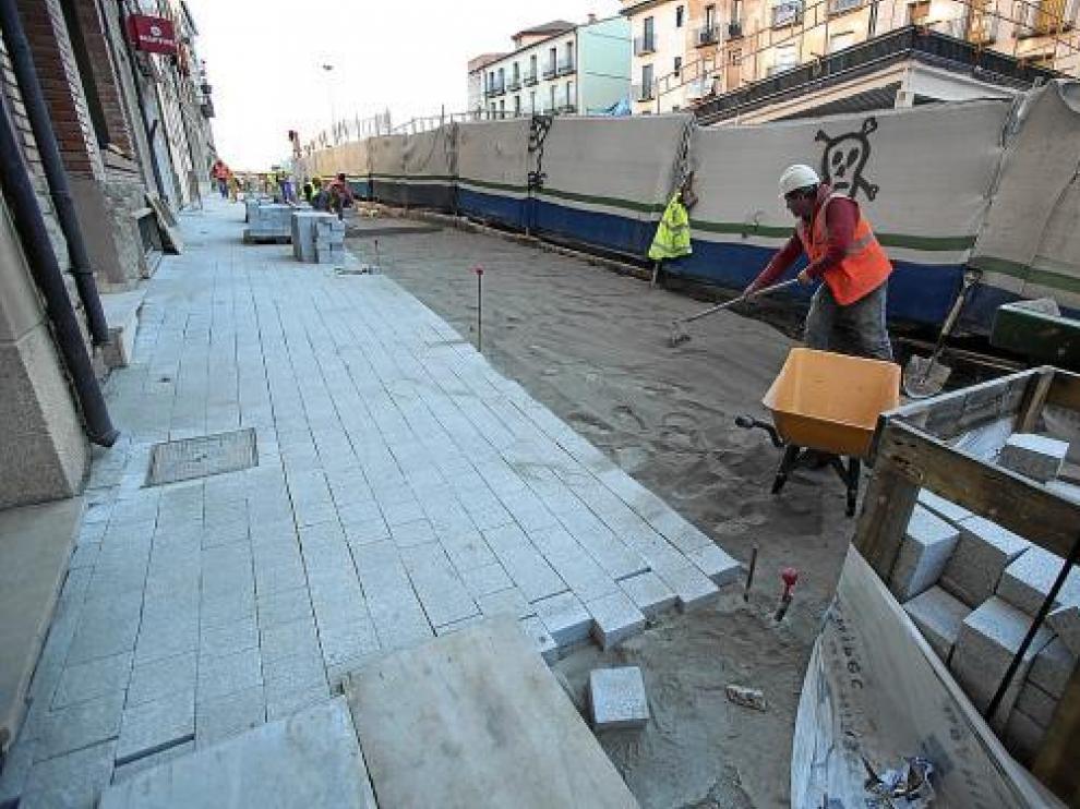 La obra de Domingo Gascón avanza con la ejecución de las aceras perimetrales del edificio central.