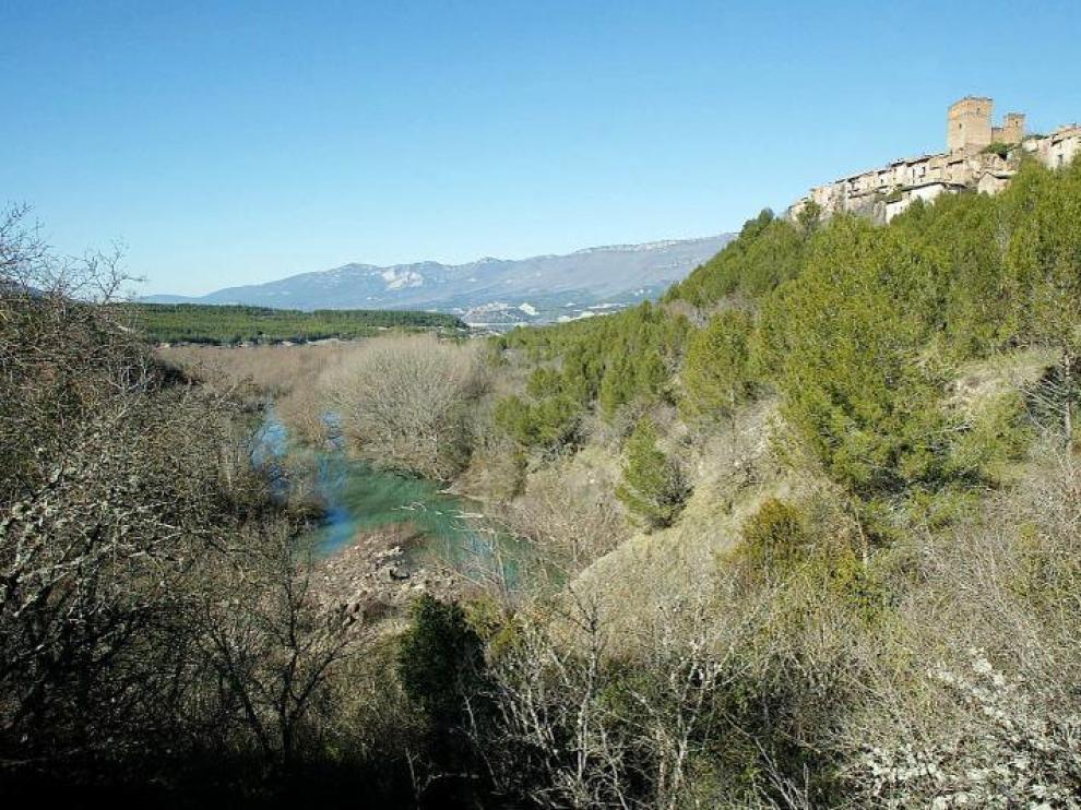 El Camino de Santiago, llegando al núcleo deshabitado de Ruesta. A la izquierda, el embalse de Yesa.