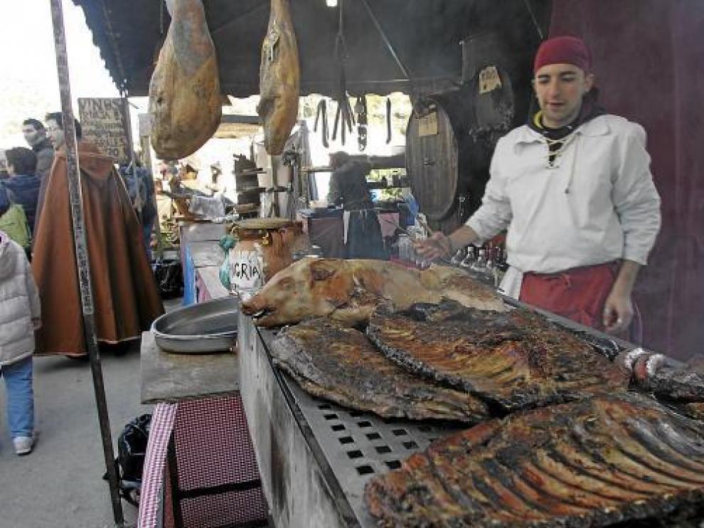 Muchos turolenses y visitantes degustan productos en tabernas y puestos de calle.