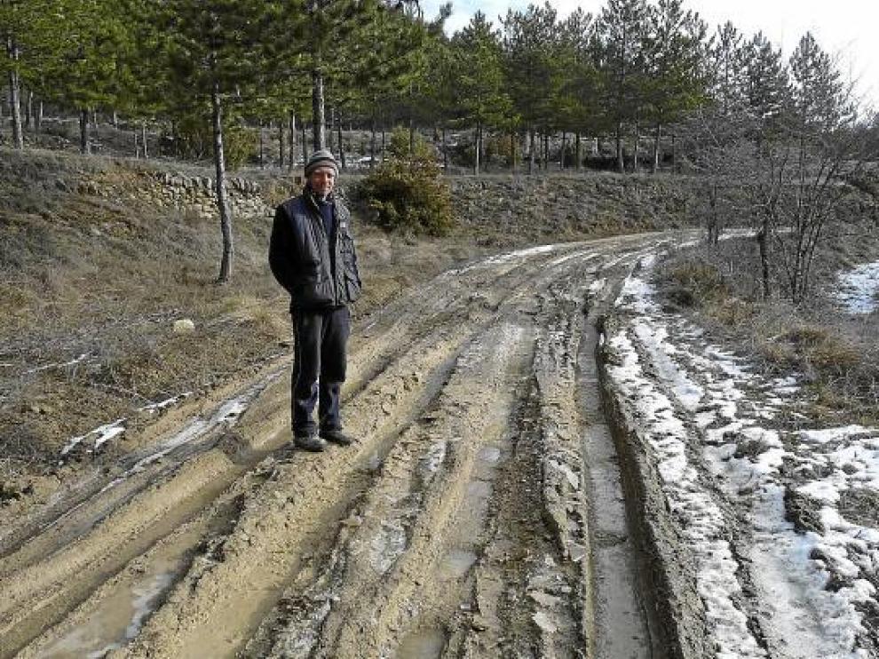 Torsten Schumuller muestra el mal estado del camino, agravado por la lluvia y la nieve.