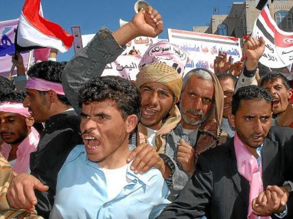 Opositores yemeníes se manifiestan contra el presidente Alí Abdalá Saleh, ayer en Saná.