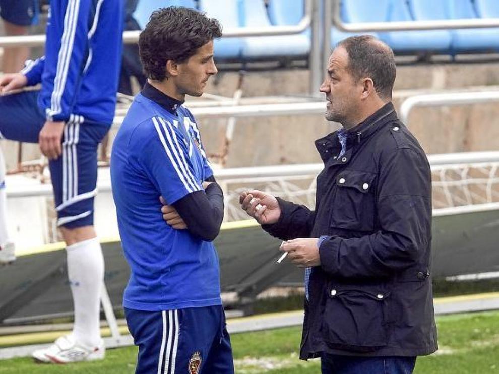 Agapito Iglesias charla con Jorge López, uno de los capitanes, en un entrenamiento en La Romareda.