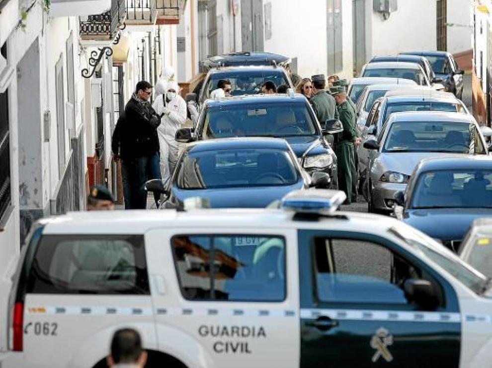 Agentes de la Guardia Civil, tras registrar en Arriate la vivienda del menor detenido.