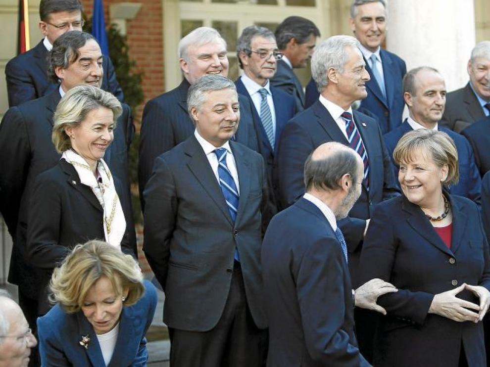 Rubalcaba bromea con Merkel durante el posado para la foto de familia de ambos Gobiernos y líderes empresariales y sindicales.