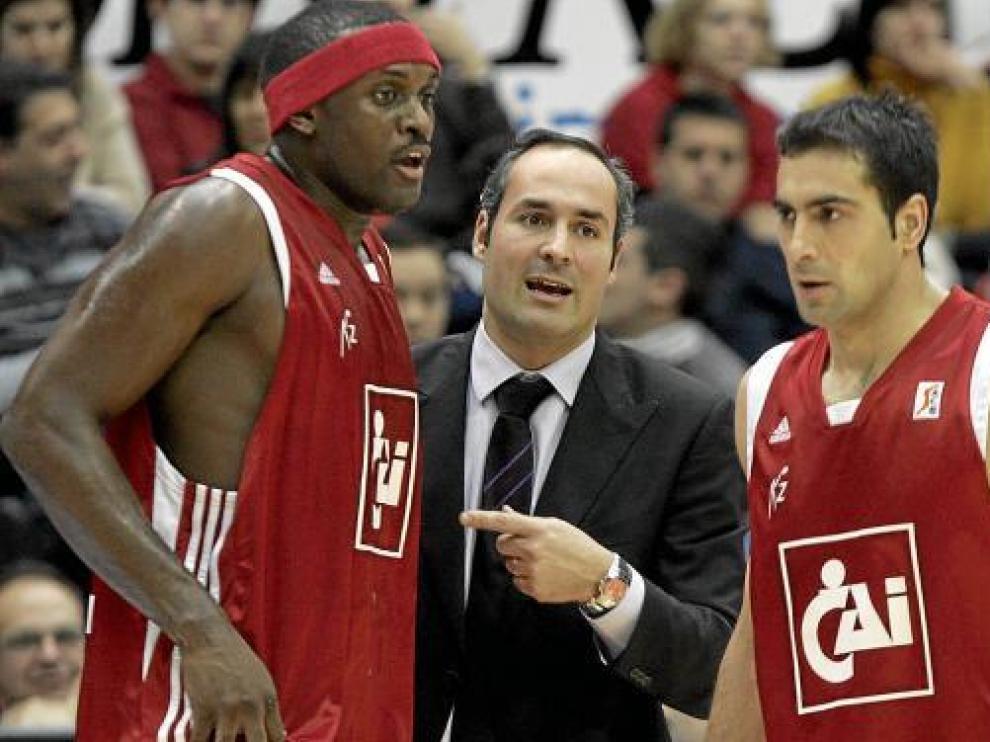 Segura habla con Quinteros y Phillip, durante su estancia en el CAI en la ACB