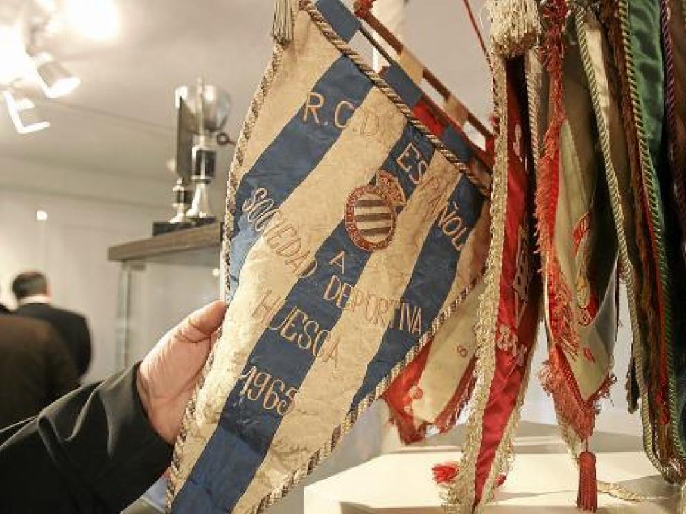 En el museo se encuentra una amplia colección de banderines de equipos rivales.