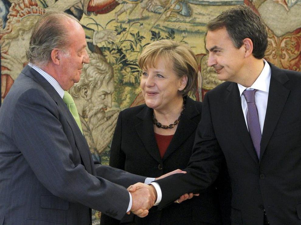 El Rey saluda a Angela Merkel, junto a José Luis Rodrígue Zapatero