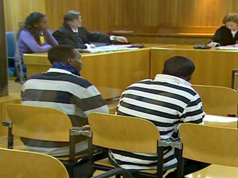 Los presuntos piratas, de espaldas, durante el juicio