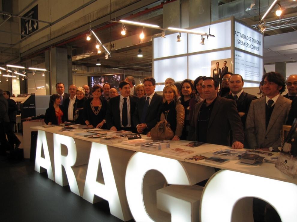Las autoridades presentes en la inauguración del SIMM posan en el puesto de información de Aragón