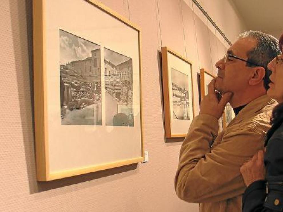 Público asistente a la exposición fotográfica que hace un recorrido de la historia de Binéfar.