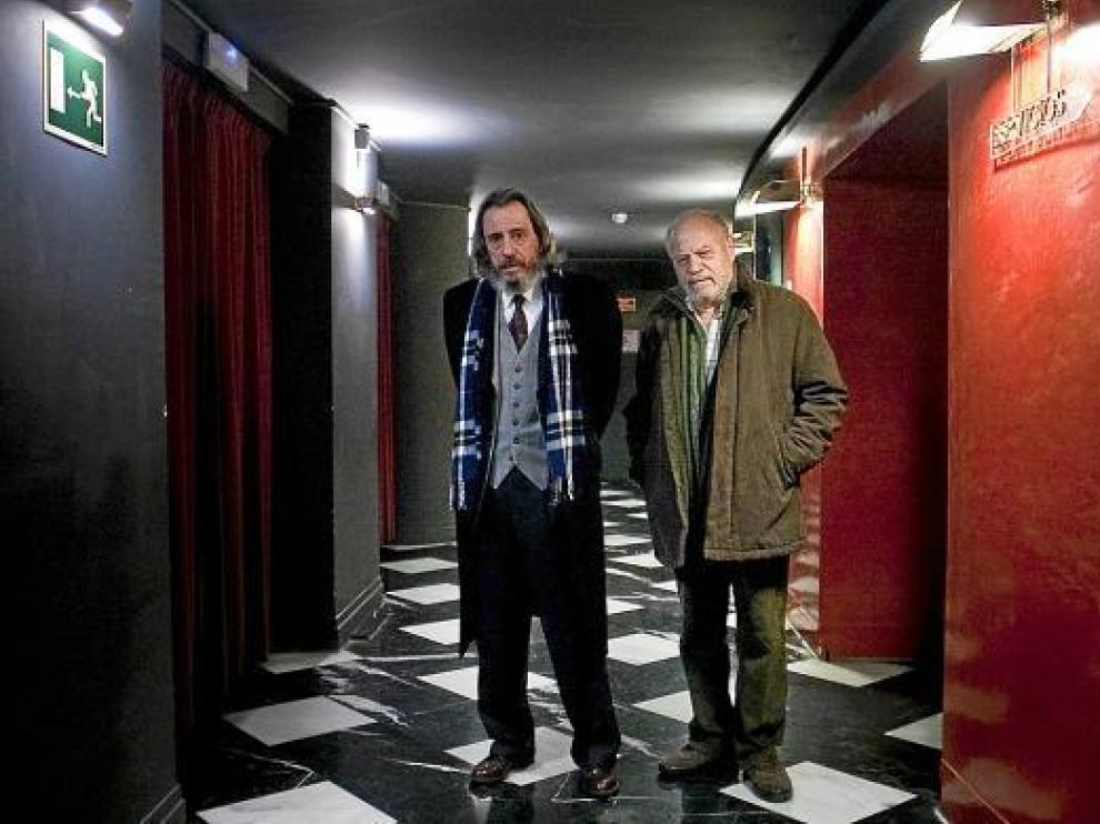 Fernando Conde (izquierda), junto a José Hervas, en los pasillos del Teatro Principal.