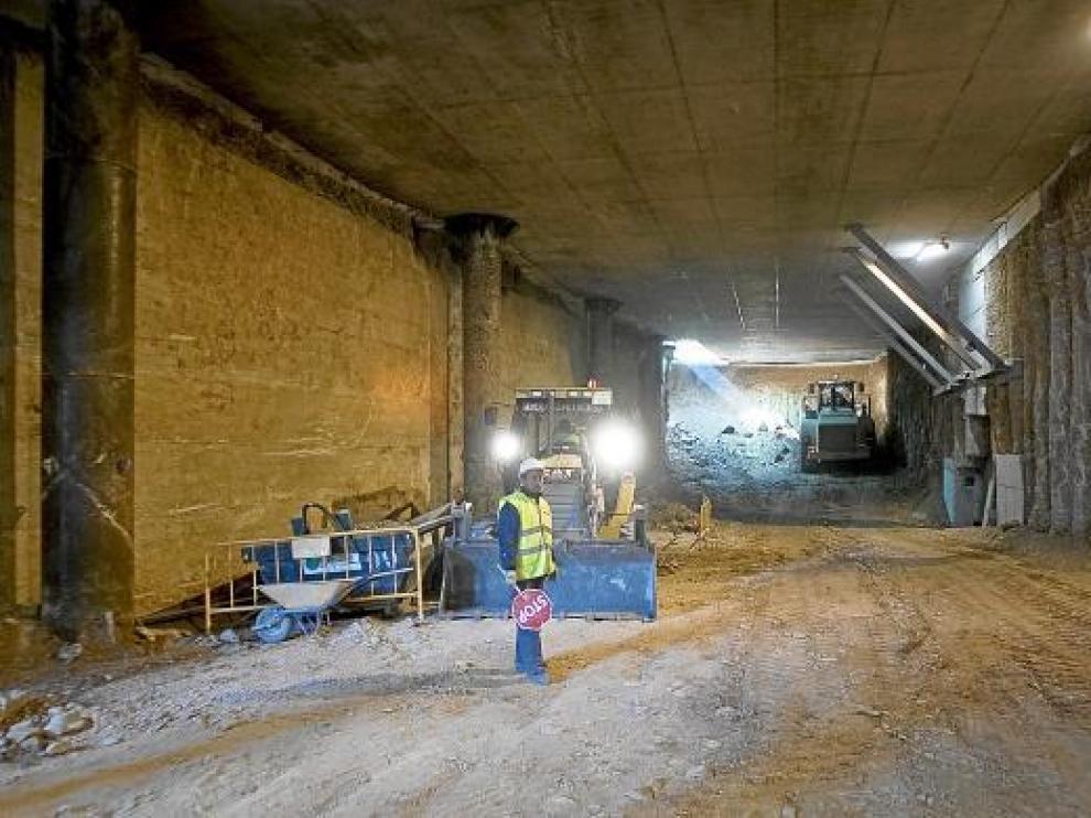 Una excavadora, al fondo, extraía tierra ayer por mañana bajo la avenida de Goya.