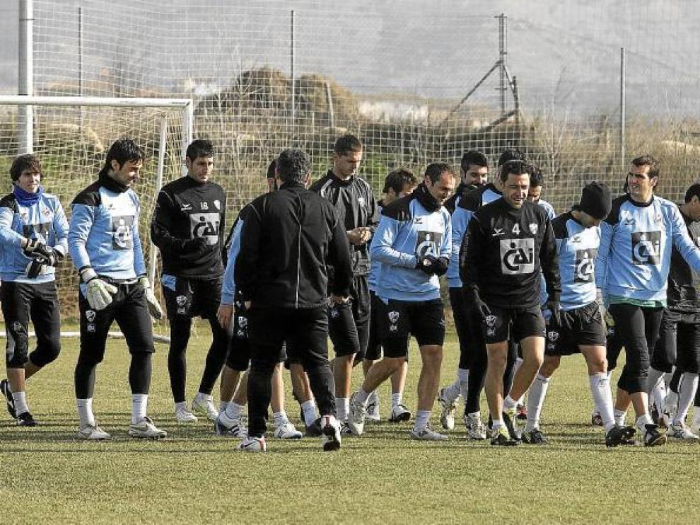 Varios de los futbolistas de la Sociedad Deportiva Huesca, al comienzo de una sesión de entrenamiento en el Instituto Montearagón.