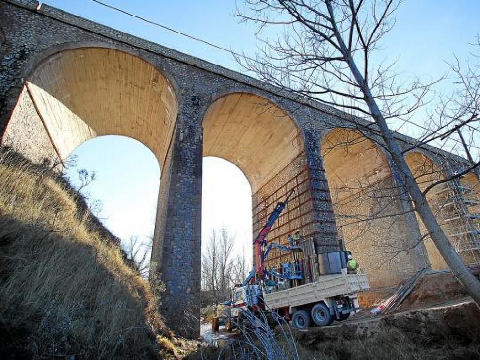 Fomento está reforzando los pilares del puente de la Fuentecerrada, en la foto.