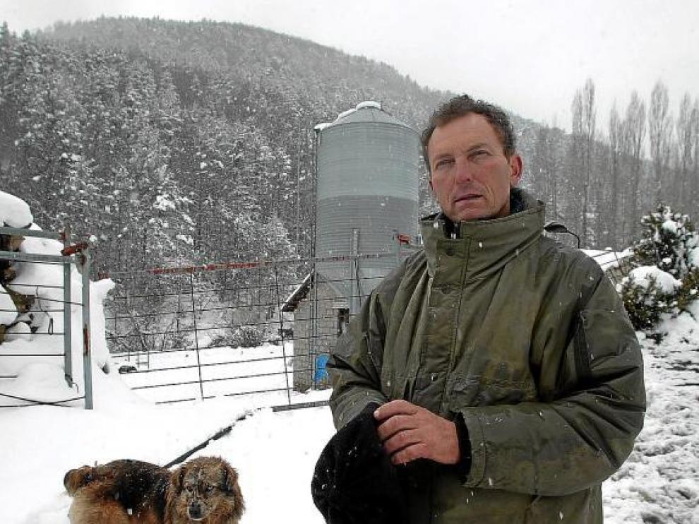Santiago Mainar, en su granja de Fago en febrero de 2007, días antes de ser detenido.