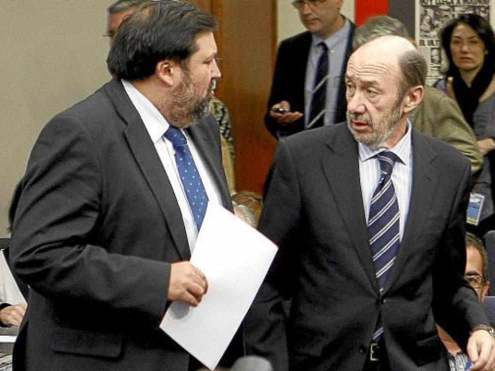 El vicepresidente Alfredo Pérez Rubalcaba, ayer con el ministro Francisco Caamaño.