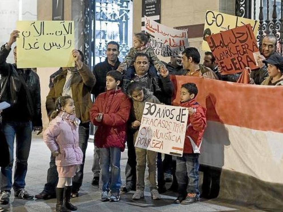 Un momento del principio de la concentración de ayer en la plaza de España.