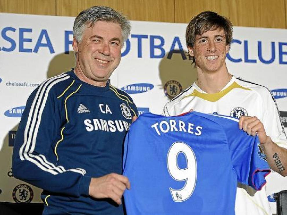 Fernando Torres posa junto a Ancelotti con la camiseta del Chelsea, ayer en su presentación.