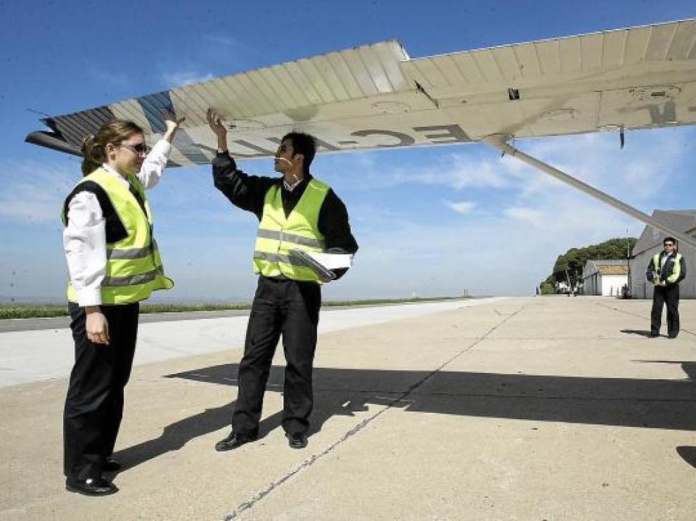 Instructores de Top Fly en el aeropuerto oscense, donde la empresa tiene una escuela de pilotos.