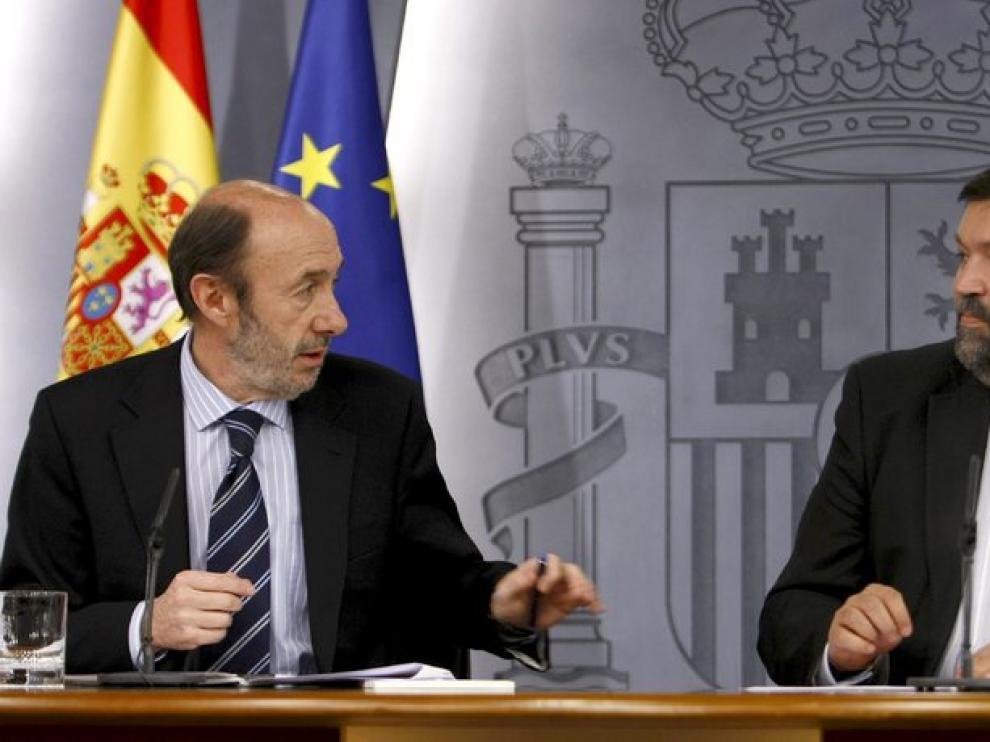 El vicepresidente primero y ministro del Interior, Alfredo Pérez Rubalcaba, junto al ministro de Justicia, Francisco Caamaño