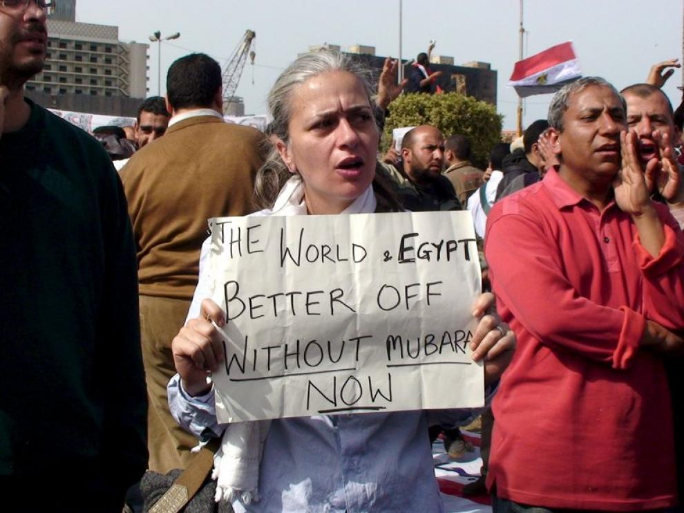 Mujeres protestanto contra el régimen de Mubarak en la plaza de Tahrir