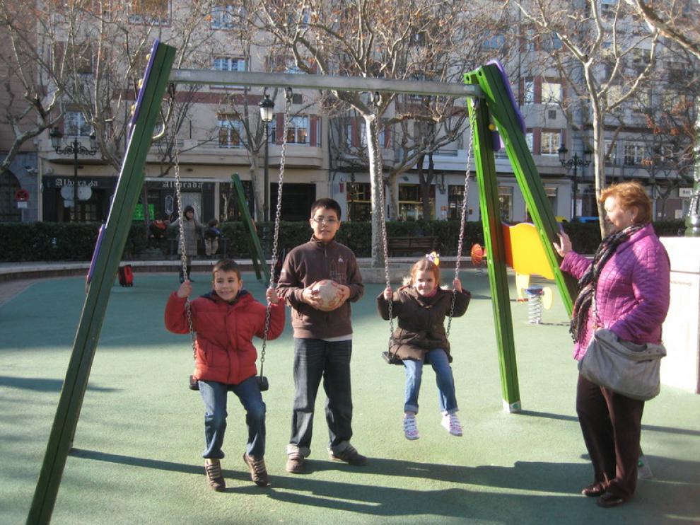Ana Mª Garín, con sus nietos Eduardo, Pablo y Miriam, en la plaza de los Sitios.