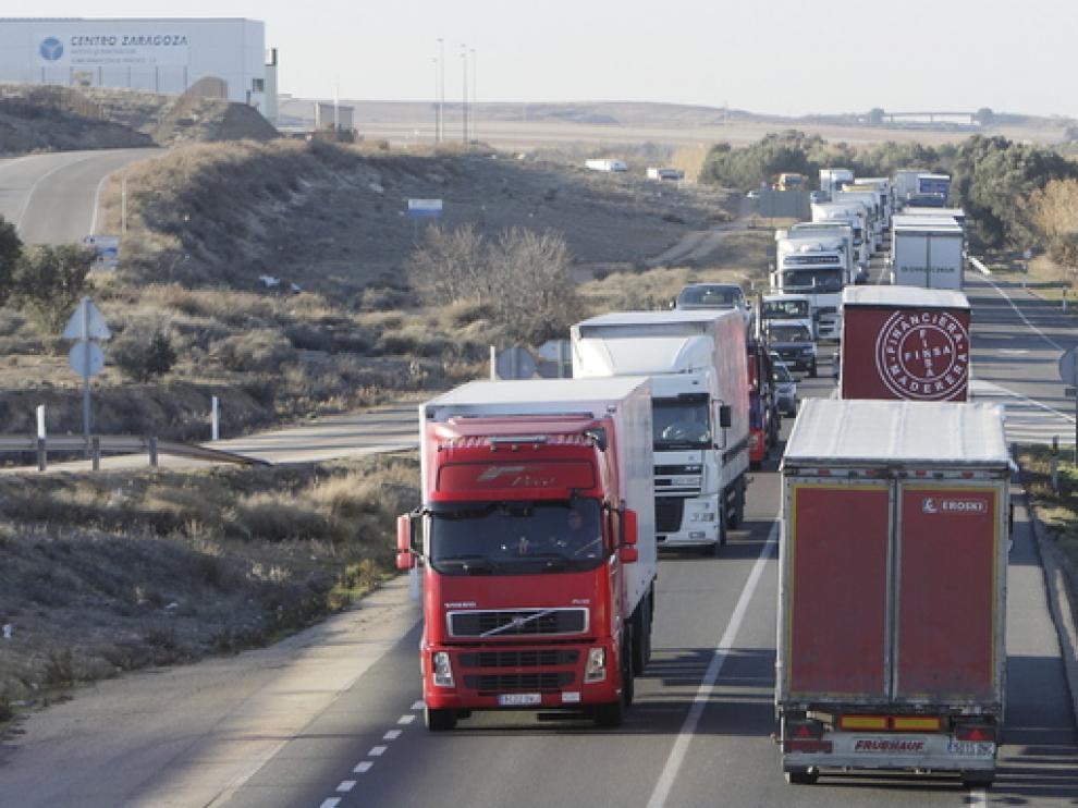Un centenar de vehículos marchan por el desdoblamiento de la N-232