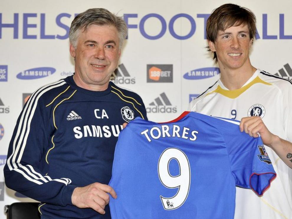 Fernando Torres posa con Carlo Ancelotti, su nuevo entrenador y con su nueva camiseta