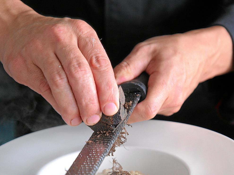 Rallando trufa sobre un plato antes de sacar a la mesa