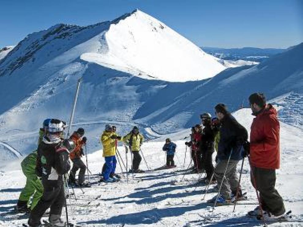 Carlos Carracedo, de amarillo, con esquiadores en 'Gallinero'.